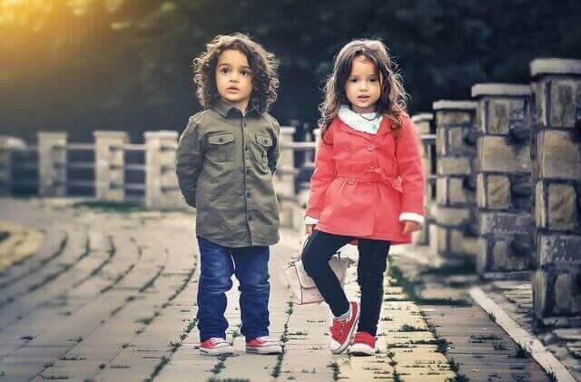 dos ninos caminando hacia el frente