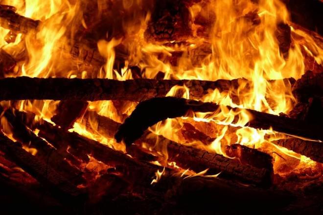 Es un fuego que esta ardiendo con lena