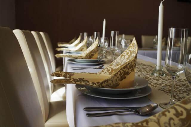 Es una mesa bien arregladaus servilletas
