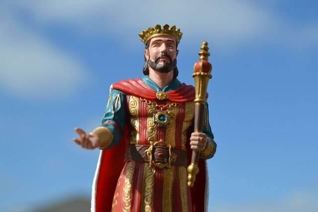 Es un manique de un rey con corona y su cetro