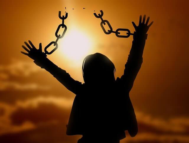 Es una silueta de una mujer que tiene cadenas rota en sus manos y quiere decir que fue libre de ataduras