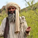 Es un hombre del medio oriente con su turbante