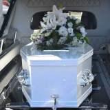 Es un ataud que esta dentro de un carro de la funeraria