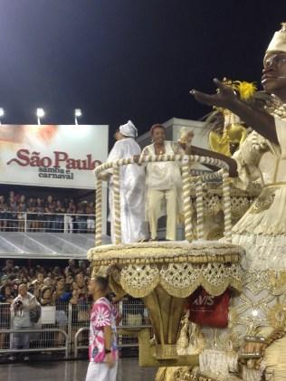 Leci Brandão na terceira alegoria do Rosas de Ouro no Desfile das Campeãs (2017) - Foto de Cassius S. Abreu