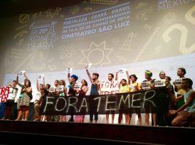 Faixa e cartazes de Fora Temer marcam o início da cerimônia de abertura do 26º Cine Ceará