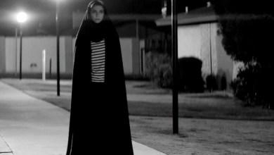 Foto de Garota Sombria Caminha pela Noite