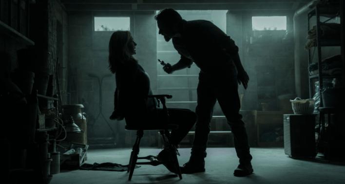 Wendy Byrde (Laura Linney) presa a uma cadeira