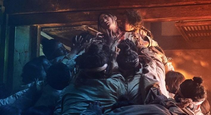 Zumbis atacam mulher na série Kingdom, da Netflix