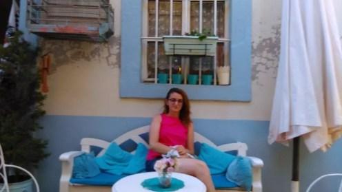 Cafe Caramel'de yaz vakti sokaktaki masalarda oturmak çok keyifli