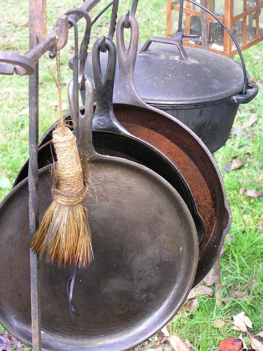 cast-iron-pans-1424489.jpg