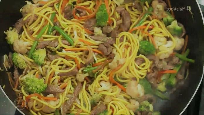 Yakisoba de carne e legumes fácil
