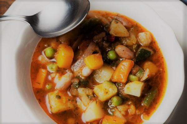 Sopa de carne, macarrão e legumes