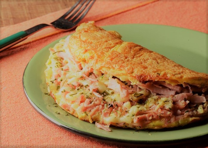 Omelete de Frios com Cebolinha Verde e Salsa