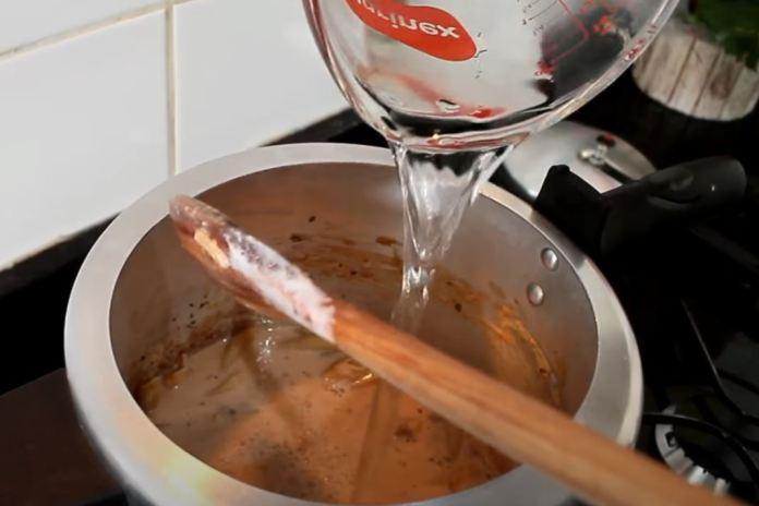 adicionando água no macarrão