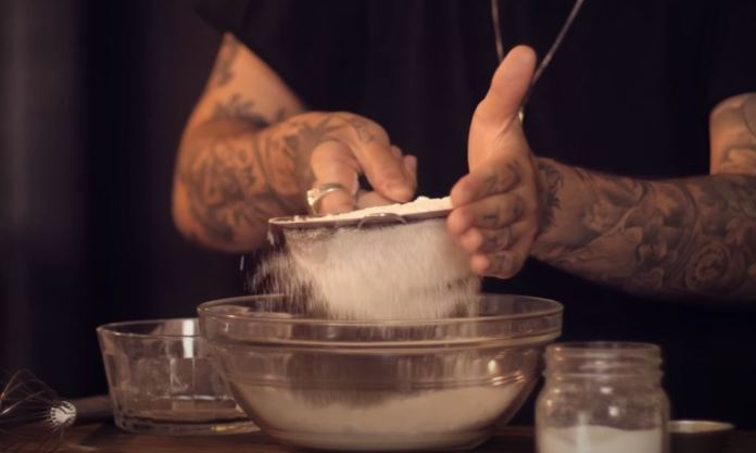 peneirando a farinha