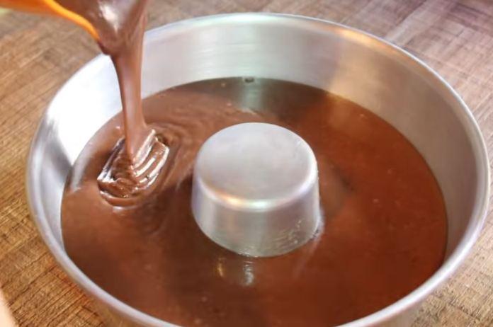 massa do bolo de chocolate na forma