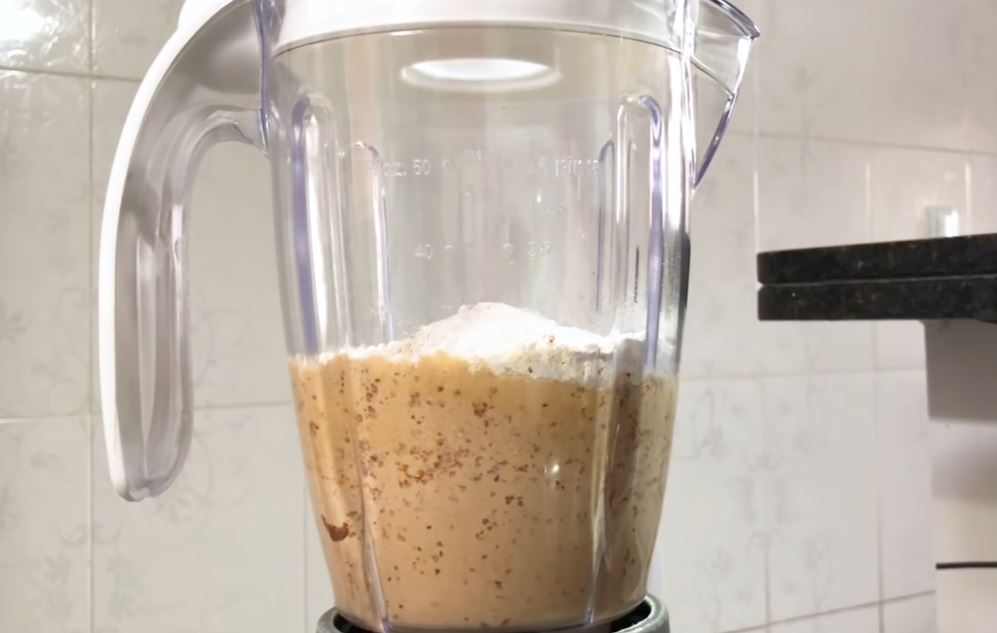 batendo a massa e a farinha