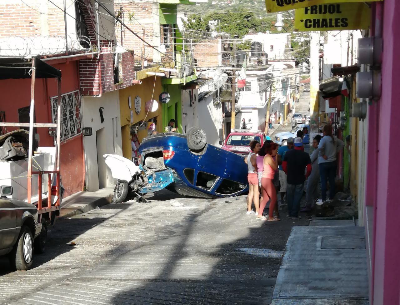 En Yautepec se registró la volcadura de un vehículo propiedad de un grupo de alcohólicos anónimos