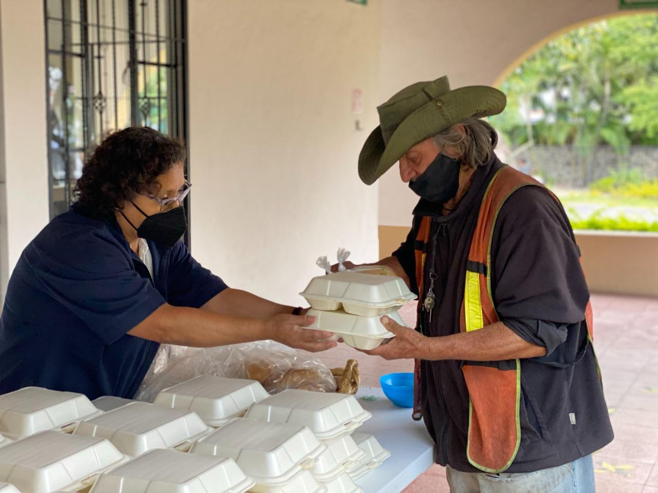 Entrega DIF-Cuernavaca comidas calientes a personas vulnerables