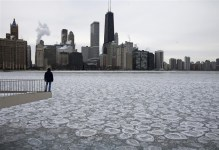 Charles Martinez looks over the partially frozen Lake Michigan and the Chicago skyline, January 5, 2015. REUTERS/Jim Young (UNITED STATES - Tags: ENVIRONMENT SOCIETY TPX IMAGES OF THE DAY)