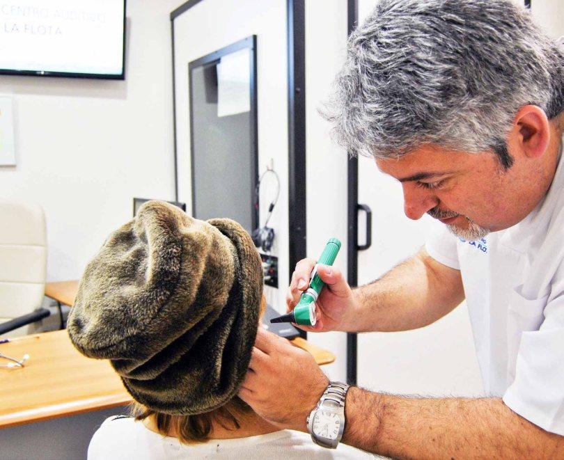 jose-javier-con-otoscopio-y-paciente