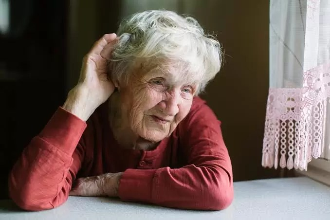 El impacto emocional de la pérdida auditiva en las personas mayores