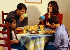 razones para desayunar familia desayunando