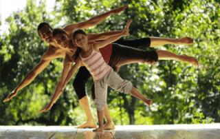 nos descalzamos para empezar a practicar yoga