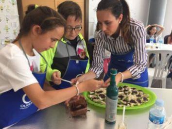 Niños preparando plato OleoMiel 2016