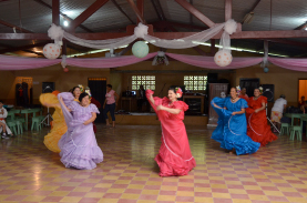 Grupos culturales y organizaciones de San Ramón y cantones veci-nos  donan su tiempo y trabajo para contribuir al cumplimiento de los objetivos del Centro. En marzo anterior el Grupo de danza fol-clórica Biritecas de Palmares, participó en el Proyecto Cultura Viajera .