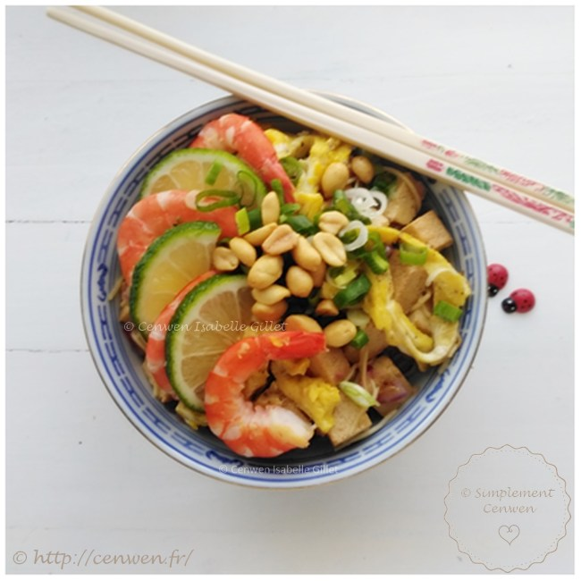 Pad thai, recette thaïlandaise à base de pâtes de riz sautées, de tofu, crevettes, germes de soja, sauce sucrée et piment