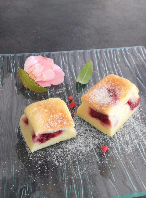 Petits gâteaux au yaourt, banane et framboises