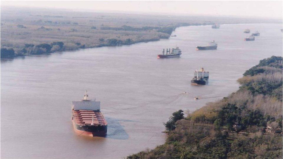 La marina mercante local sólo transporta el 2% de la carga fluvial del país