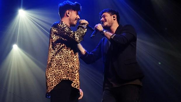 """Roi Méndez y Cepeda durante su interpretación de """"Llegas Tú"""" en el concierto de Madrid del 19 de marzo de 2019"""
