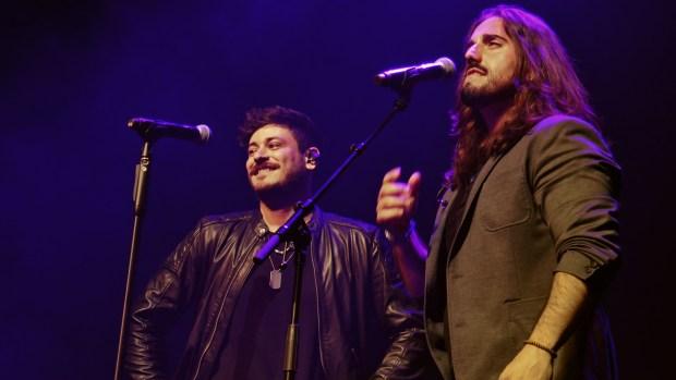 """Cepeda y Andrés Suárez interpretando el tema """"El Silencio Dijo Sí"""" en el concierto de Madrid del 11 de marzo de 2019"""