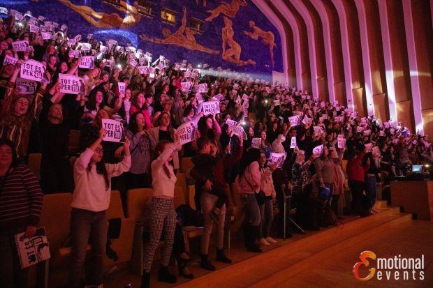 El público del concierto de Valencia del 8 de febrero en Valencia con los carteles de la sorpresa (Fuente: Emotional Events)