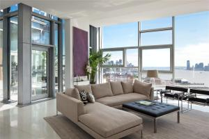 How To Decorate A Room With Floor To Ceiling Windows Tips in 14+ Exellent Living Room Floor Decorations
