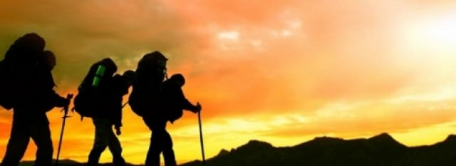 hombres-caminando-a-la-montaña-2200x800