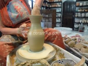 modelar argila em torno ceramico