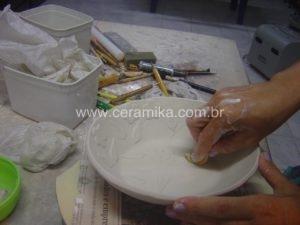 relevos na decoração da peça em porcelana