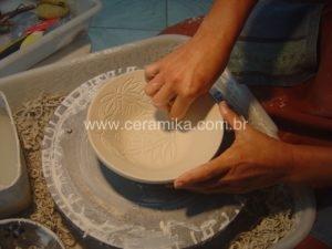 baixo relevo na decoração da porcelana