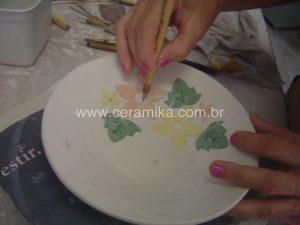 decoração com flores em porcelana colorida
