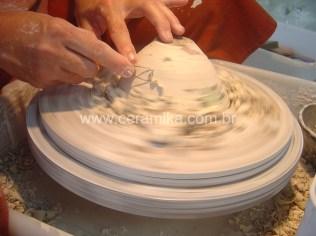 modelagem de porcelana em torno ceramico