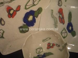 porcelana colorida na decoração das peças