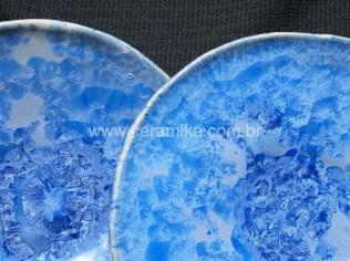pratos em alta temperatura com vidrado de cristais