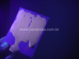 teste com esmalte ceramico sob luz negra