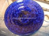 cristais no prato azul