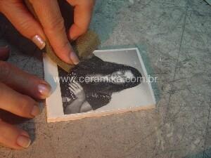 aplicação de decalque em ceramica