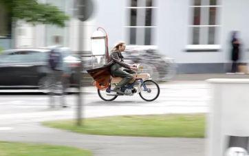 Hombre hace funcionar su motocicleta con Metano Recolectado de un Pantano