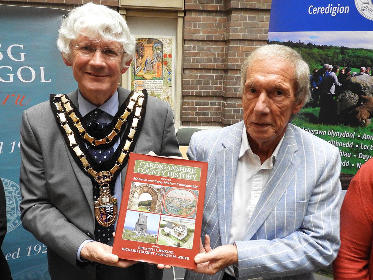 O'r chwith i'r dde: Peter Davies (Cadeirydd Cyngor Sir Ceredigion) a Geraint H.Jenkins